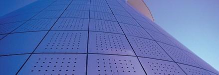 Perforerade och anodiserade aluminiumplåtar från RMIG som använts för fasad