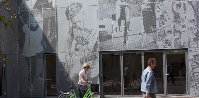 Chapas perforadas en fachada, escuela Skansevejens